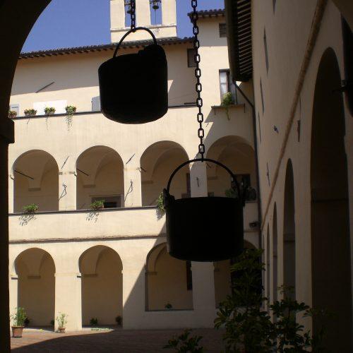 Particolare del chiostro con campanile